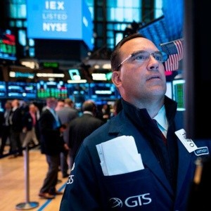 Wall Street gana por optimismo ante el coronavirus; Amazon gana 2.11%